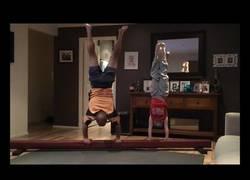 Enlace a El padre que intenta imitar los movimientos gimnastas de su hija