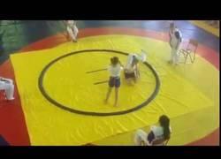 Enlace a La niña que dejó KO a su rival y al árbitro de un golpe