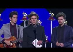 Enlace a Los españoles Dvicio siguen en el escenario de los Grammy esperando darle el premio a Juan Gabriel