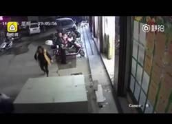 Enlace a [ABSTENERSE SENSIBLES] Un niño muere aplastado por una enorme estantería en un supermercado