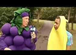 Enlace a Este reportero se disfrazó de racimo de uvas para solidarizarse con este chico (Inglés)