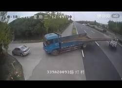Enlace a El tremendo accidente que provoca este camión por llevar demasiada carga
