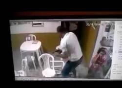 Enlace a Este hombre mata a un ladrón a punto de robar en un local [Abstenerse sensibles]