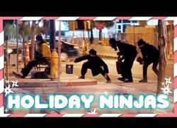 Enlace a Los ninjas que fueron por las calles a regalar a los sin techo
