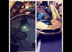 Enlace a Le rompen el parabrisas del coche a estos por alardear en Nueva York en plena calle