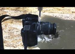 Enlace a Cortando una cámara réflex por la mitad con un chorro de agua