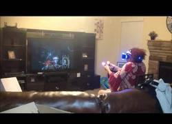 Enlace a El miedo que pasó está señora al jugar a un juego de realidad virtual