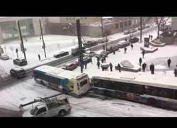 Enlace a Conducir un autobús no es fácil y menos un día de nieve