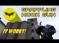 Enlace a Haciendo realidad el arma de Batman para escalar edificios