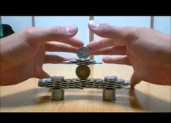 Enlace a Este artista japonés domina el arte de apilar monedas