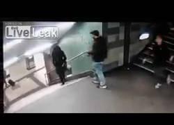 Enlace a Esta chica fue brutalmente pateada en el cuello en las escaleras del metro
