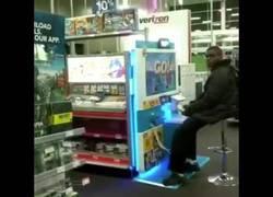 Enlace a Los trabajadores de una tienda regalan una Wii U a un adolescente que iba todos los días a jugar
