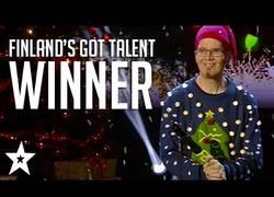 Enlace a Este hombre gana Got Talent de Finlandia tocando un villancico de pedorretas con las manos