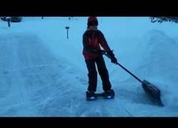 Enlace a Usando un hoverboard con gran habilidad para recoger la nieve
