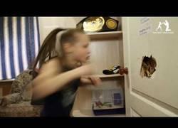 Enlace a Ella es Evnika Saadvakass, tiene 9 años y está sorprendiendo a todo el mundo de la lucha