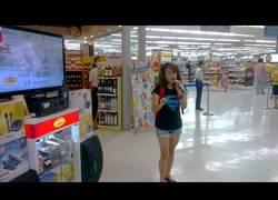 Enlace a Esta chica agarra el micro en un supermercado y sorprende cantando:
