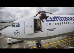Enlace a Este tío supera todos los problemas para embarcar a la hora en su avión