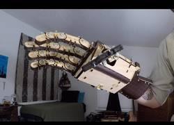 Enlace a Este hombre se ha fabricado unas manos enormes de madera para... quién sabe...