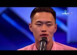 Enlace a Un asiático cantando country es lo más genial que verás hoy