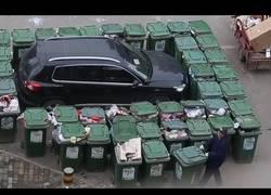 Enlace a Este barrendero en China le hace una gran barricada al coche que aparcó mal