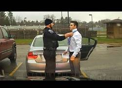 Enlace a Llegaba tarde a la presentación de  un trabajo y un policía le ayuda a atarse la corbata