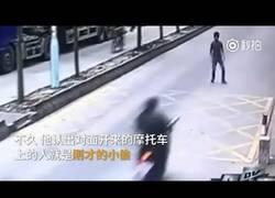Enlace a El camionero que se venga del ladrón con un ataque de Kung Fu alucinante
