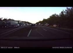 Enlace a Este coche Tesla predice un accidente y para con tiempo de sobra para evitar un mayor desastre