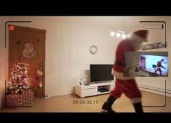 Enlace a El sensacional momento en el que llegó Papa Noel a casa de esta niña que alucinó al verlo