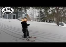Enlace a Este niño tiene una gran habilidad para esquiar con solamente dos años