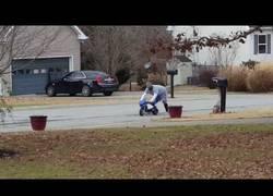Enlace a La risa diabólica de este hombre al ver a otro montado en una mini moto en plena calle