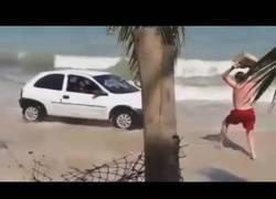 Enlace a No hay nada peor que te fastidien la siesta en la playa con un coche