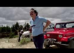 Enlace a Pablo Escobar y su manía por ajustarse los pantalones
