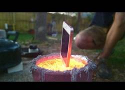 Enlace a Esto le sucede a un iPhone cuando lo bañas en aluminio fundido