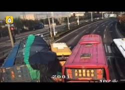 Enlace a El camión que no tenía espacio para pasar y terminó impactando contra un autobús de niños