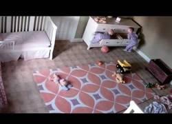 Enlace a Este niño salva la vida a su hermano tras caerle una cómoda encima