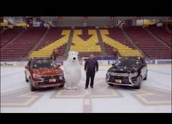 Enlace a La mascota de una compañía de coches que no podía dejar de resbalarse en el hielo durante un anun
