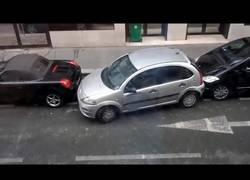 Enlace a La increíble habilidad de esta mujer para aparcar en un espacio que no había