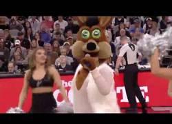 Enlace a El genial show de la mascota de los Spurs haciendo de Mariah Carey