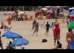 Enlace a Este ladrón recibe su merecido en la playa de Copacabana tras robarle a varios bañistas