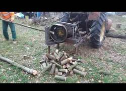 Enlace a Una llanta: el mejor cortador de leña del mundo