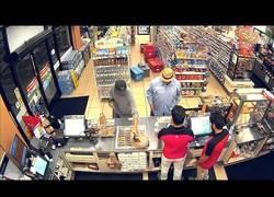 Enlace a Este hombre usó el arma definitiva para atracar un supermercado