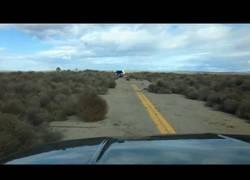 Enlace a Mientras tanto, en esta carretera desértica...