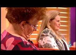 Enlace a Una señora de queda dormida en el programa de Juan y Medio y le gastan una broma divertidísima