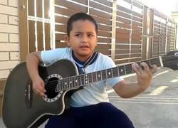 Enlace a El niño que sorprende al mundo entero tocando con su guitarra