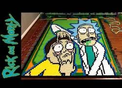 Enlace a El sensacional efecto dominó con 18.365 piezas con dibujos de Rick and Morty