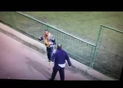Enlace a La tremenda pelea de estos dos padres de futbolistas durante un partido de juveniles