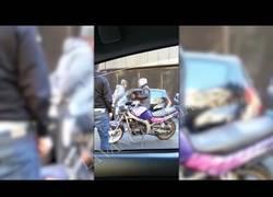 Enlace a Una conductora entra en pánico al verse atrapada por una huelga de taxistas en Barcelona