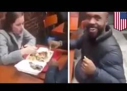 Enlace a Este hombre increpa a un hombre en un restaurante por ser negro y tener una pareja blanca