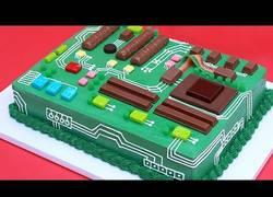 Enlace a Así se hace la deliciosa tarta en forma de placa base que todo informático querrá probar