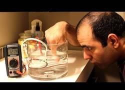 Enlace a Si metes un LED en agua y se enciende, no metas el dedo